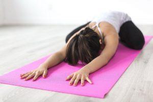 kobieta ćwiczy gimnastykę