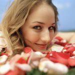 piękna kobieta usmiechajaca się