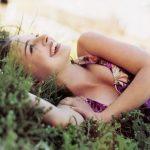 śmiejąca się dziewczyna na trawie